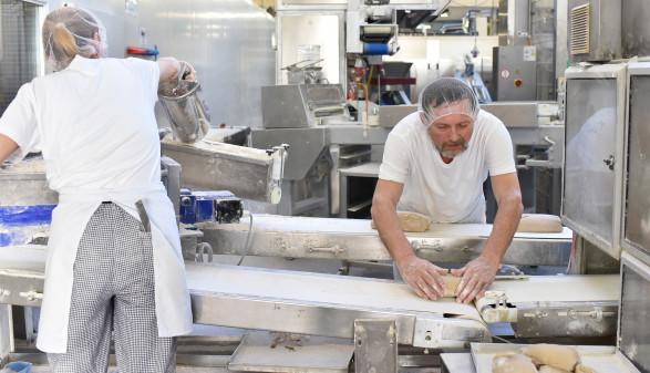 In der Lebensmittelproduktion gibt es vermehrt Beschwerden bezüglich der Arbeitszeiten. © industrieblick - stock.adobe.com, AK Stmk
