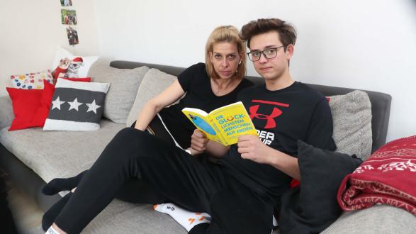 Simone Günther mit ihrem Sohn Roman. Der 16-Jährige hat trotz seiner Augenverletzungen inzwischen eine neue Lehre begonnen. © Radspieler, AK Stmk