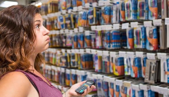 Mutter beim Einkauf von Schulartikel © Mike Fouque , stock.adobe.com