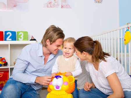 Jungfamilie spielt im Kinderzimmer © Fotolia/drubig photo, AK