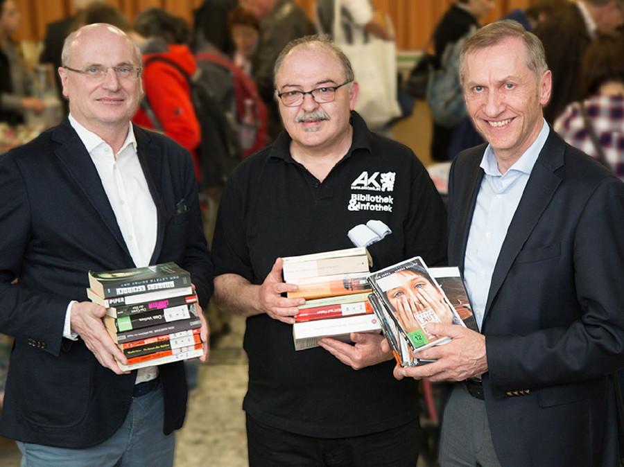 AK-Direktor Wolfgang Bartosch, AK-Bibliotheksleider Günther Terpotitz und AK-Präsident Josef Pesserl freuen sich über den Erlös. © Buchsteiner, AK Stmk