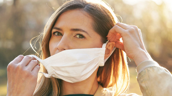 Frau mit MNS-Maske. © www.wray.sk, AdobeStock