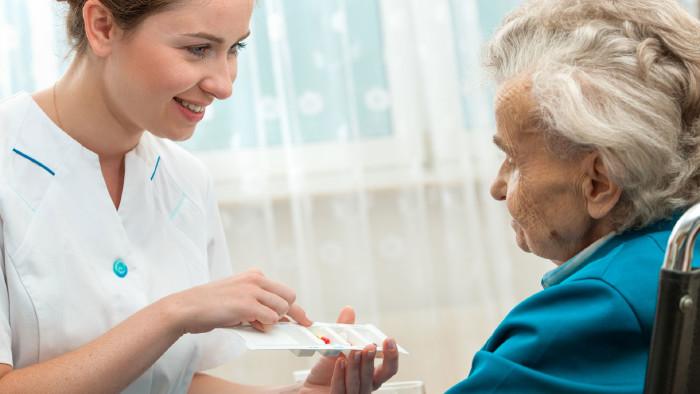 Das Befüllen der Pillendose im Altenheim darf nichts kosten. © Alexander-Raths-stock.adobe, AKSTMK