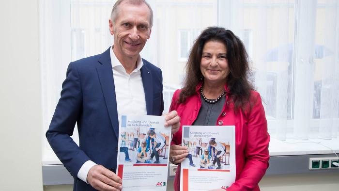Präsentation der Mobbingstudie durch AK-Präsident Josef Pesserl und Claudia Brandstätter vom Meinungsforschungsinstitut bmm. © Graf-Putz, AK Stmk