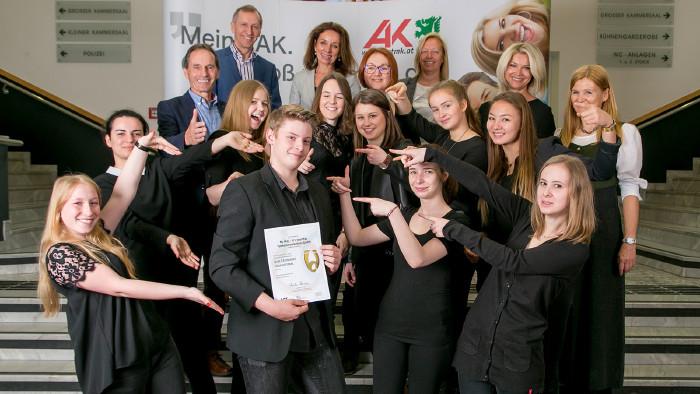 Stolz nahmen die Schülerinnen und Schüler ihre Zertifikate für die Übungsfirmen entgegen. © Graf-Putz, AK Stmk