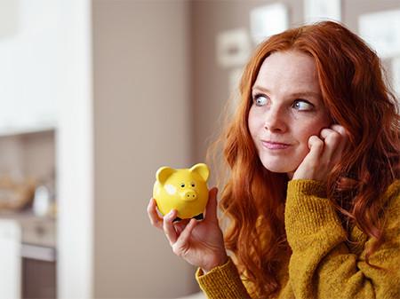 Junge Frau mit Sparschwein © contrastwerkstatt, Fotolia