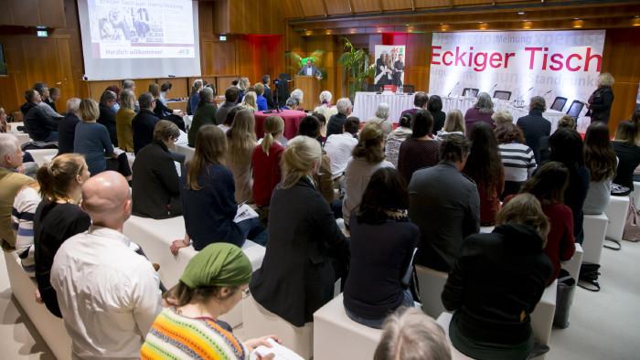 """Rund 100 Interessierte beteiligten sich am """"Eckigen Tisch"""". © Graf-Putz, AK Stmk"""