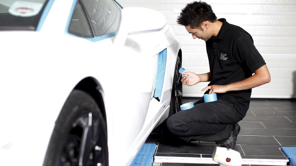 Mechaniker kniet vor Lamborghini. © SOUTH WEST NEWS SERVICE LTD / Action Press / picturedesk.com, AK Stmk