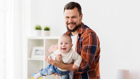 Immer mehr Väter wollen Zeit mit deren Sprösslingen verbringen. © stock.adobe.com/lev dolgachov, AK Stmk
