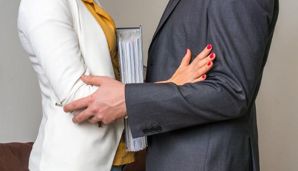Sexuelle Belästigung am Arbeitsplatz ist kein Kavaliersdelikt und wird bestraft. © andriano_cz/adobestock, AK Stmk