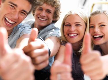 Gruppe von Studenten, sie wissen über ihre Arbeitsverträge bescheid! © Yuri Arcurs, Fotolia.com