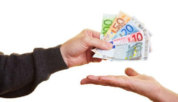 Geld bar auf die Hand - Sie haben Recht auf Arbeitslosengeld! © Robert Kneschke, Fotolia.com