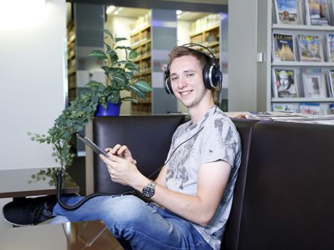 Neues, tolles Angebot in der AK-Bibliothek: digitale Audiosprachkurse. © Graf, AK Stmk