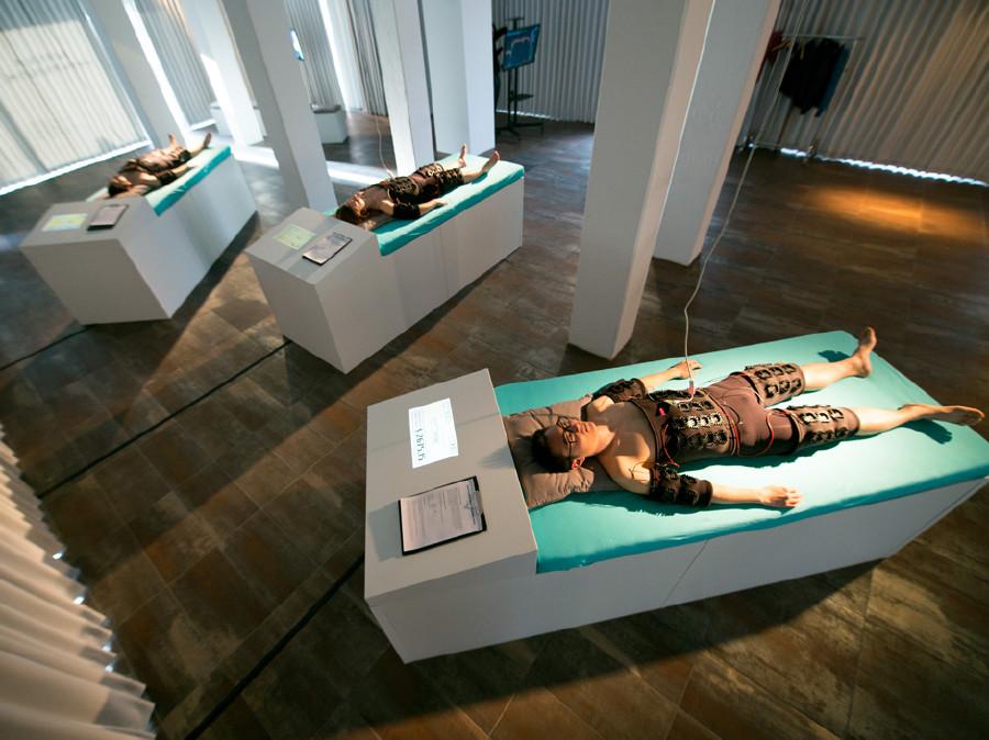 Im Kunstprojekt liegt man, während die Körperwärme verkauft wird. © Institute of Human Obscolescence, AK Stmk