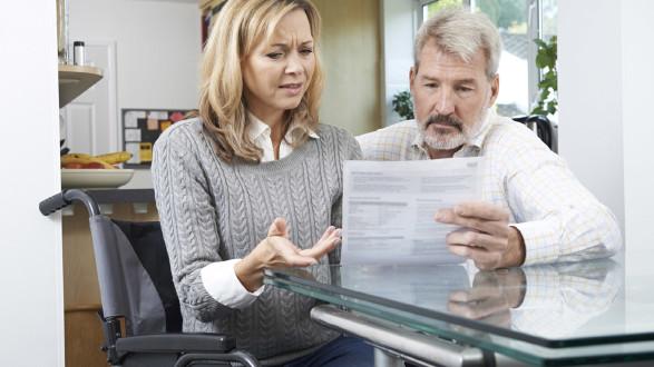 Frau und Mann blicken auf ein Kündigungsformular © highwaystarz, stock.adobe.com