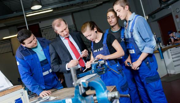 AK-Präsident Josef Pesserl in der bfi Metall-Lehrwerkstätte. © Marija Kanizaj, AK Stmk