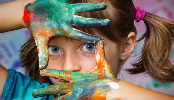 Schülerin mit Malfarben an Händen © Vera Kuttelvaserova, Fotolia