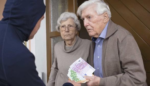 Die AK Steiermark warnt vor unüberlegten Vertragsabschlüssen bei Haustürgeschäften. © lettas, stock.adobe.com