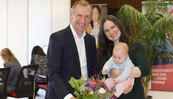 AK-Präsident Josef Pesserl mit Sarah Ruthofer, der 1.000sten Steuersparerin, und ihrer Tochter Laura. © Temel, AK Stmk